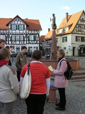 Die Firmlinge trafen sich am Marktplatz mit Angelika Rieber (Foto: Helga Fremerey)