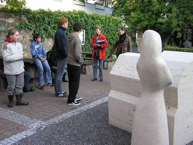 Helga Fremerey beantwortete Fragen der Jugendlichen am Standort des entstehenden Opferdenkmals hinter der Hospitalkirche.  (Foto: Angelika Rieber)