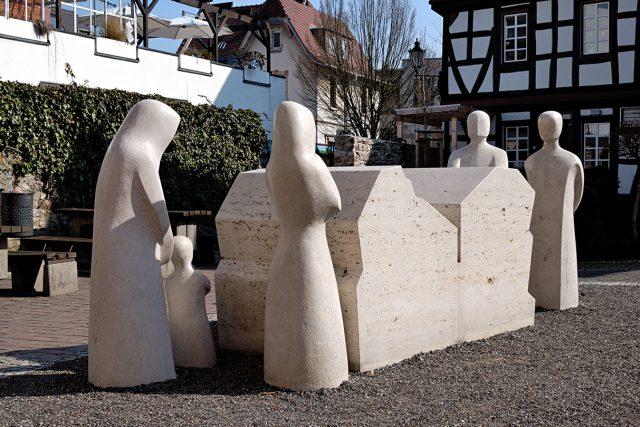 Памятник с 5 фигурами