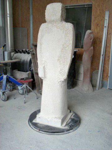 Die noch unvollendete 7. Figur im Atelier