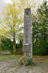 """Gedenksäule mit der Inschrift """"Mensch achte den Menschen"""""""