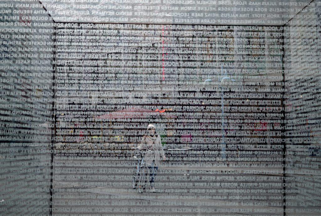 Glaskubus, Mahnmal mit 2280 Opfernamen, Mannheim P1