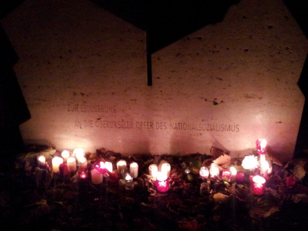 Am Opferdenkmal abgelegte Kerzen