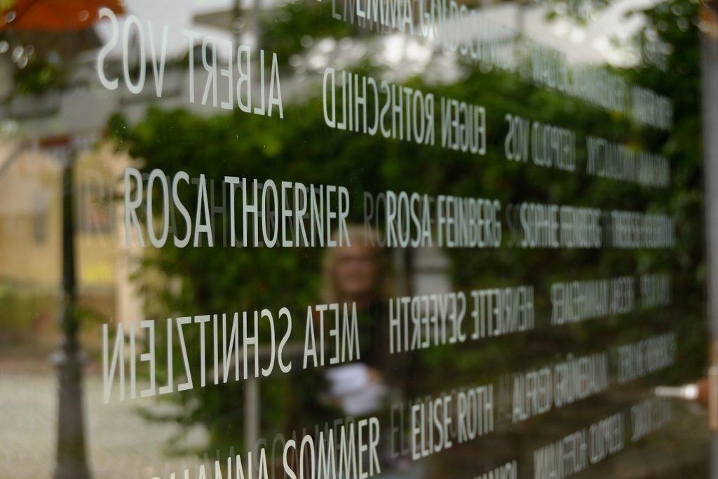 Opferdenkmal, Montage der Glasplatte