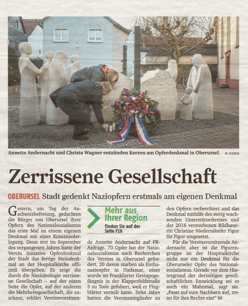 Die Vorsitzende der Initiative Opferdenkmal Annette Andernacht bedankt sich bei der Stadt Oberursel für die Niederlegung eines Kranzes am Opferdenkmal.